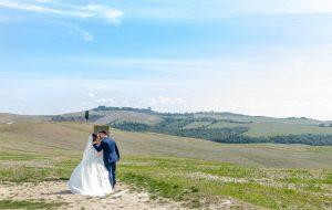 Gli sposi nella campagna toscana